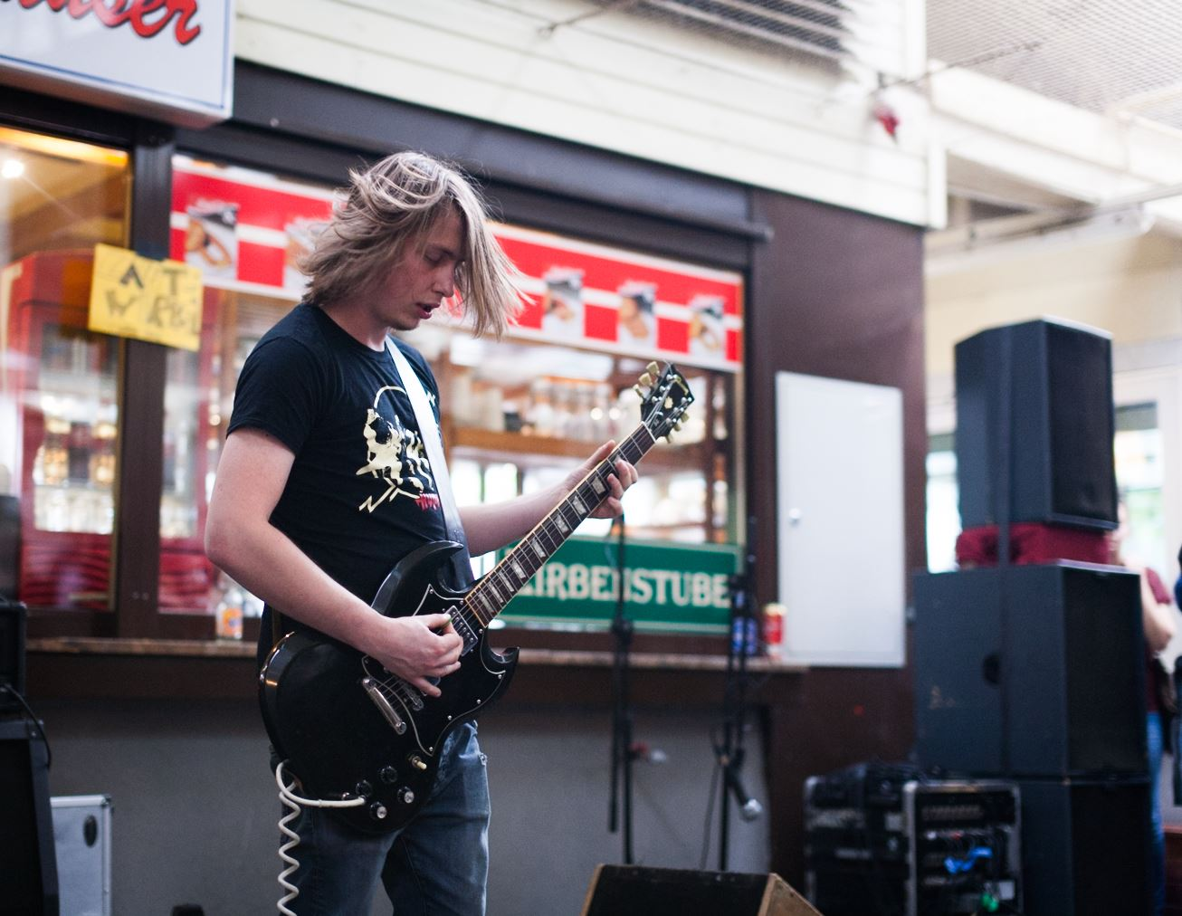 Straßenmusiker mit Gitarre © Darius Kromoser