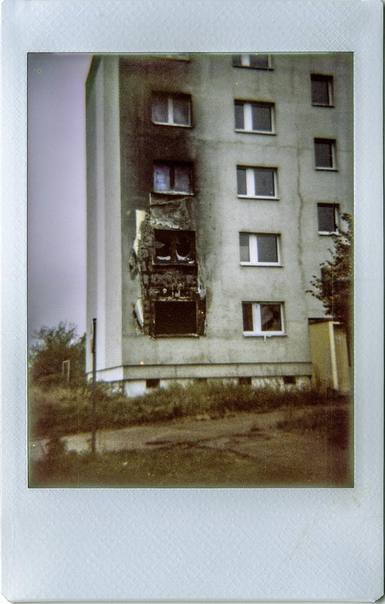 Polaroid-Fotografie: Haus nach Brand ©Katy Otto