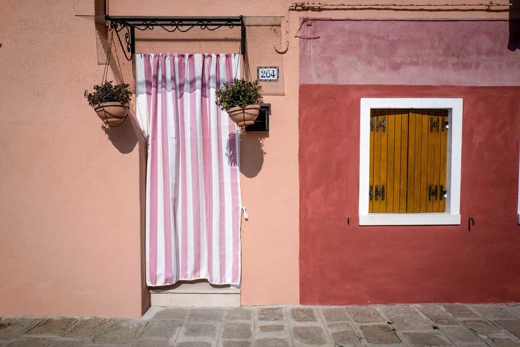 Bezaubernde Details und Kontraste - auf der Insel Burano werden wir fündig.