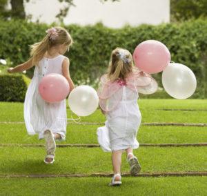 niñas corriendo vestidas de comunión