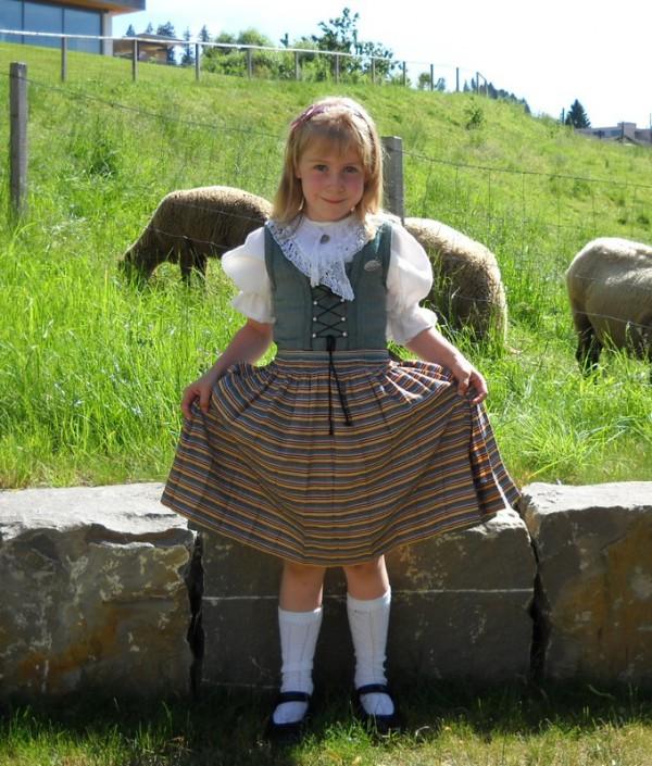 Magyar-kislány-svájci-népviseletben