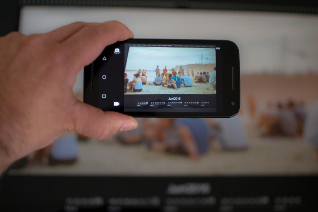 Smartphone beim Fotografieren eines Kalenders