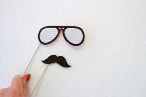 Selbstgebastelter Schnurrbart und Brille