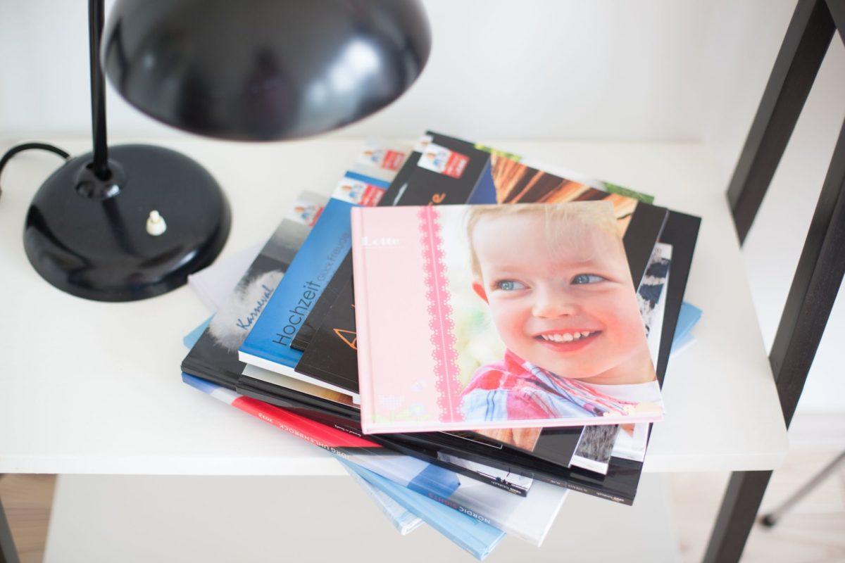 Viele verschiedene Fotobücher gestapelt