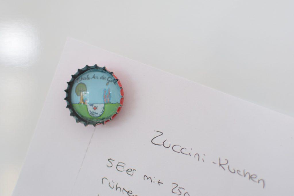 Deko-Magnet mit Cabochon an einer Tafel