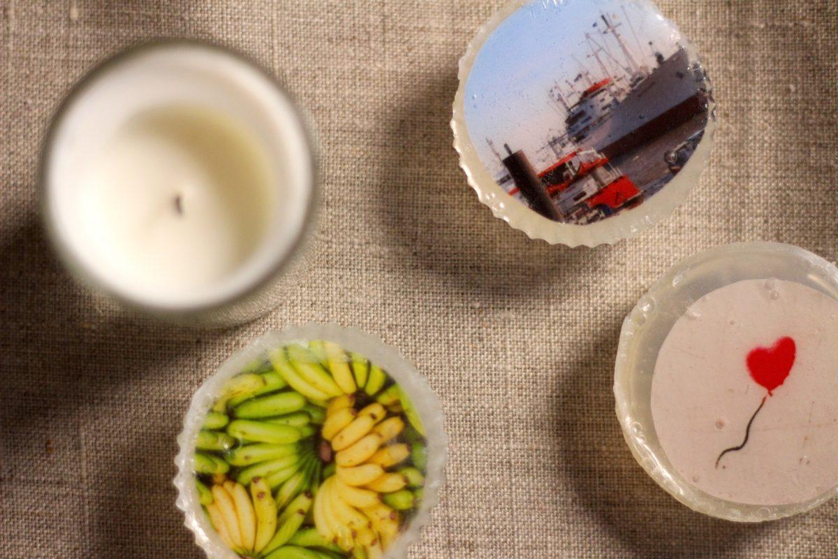Drei Seifen mit eingelassenen Fotos