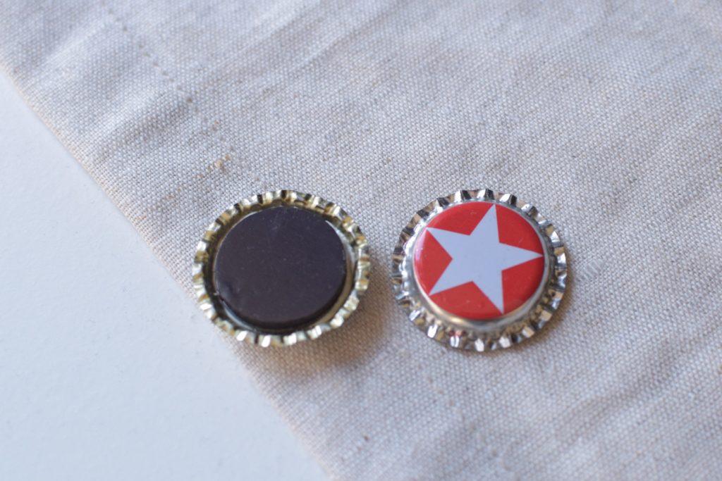Darstellung von 2 Kronkorken einer Rückseitig, sodass der Magnet sichtbar ist