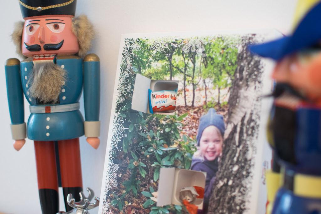 Foto von geöffneter Adventskalendertür mit kinder® Schokolade mini