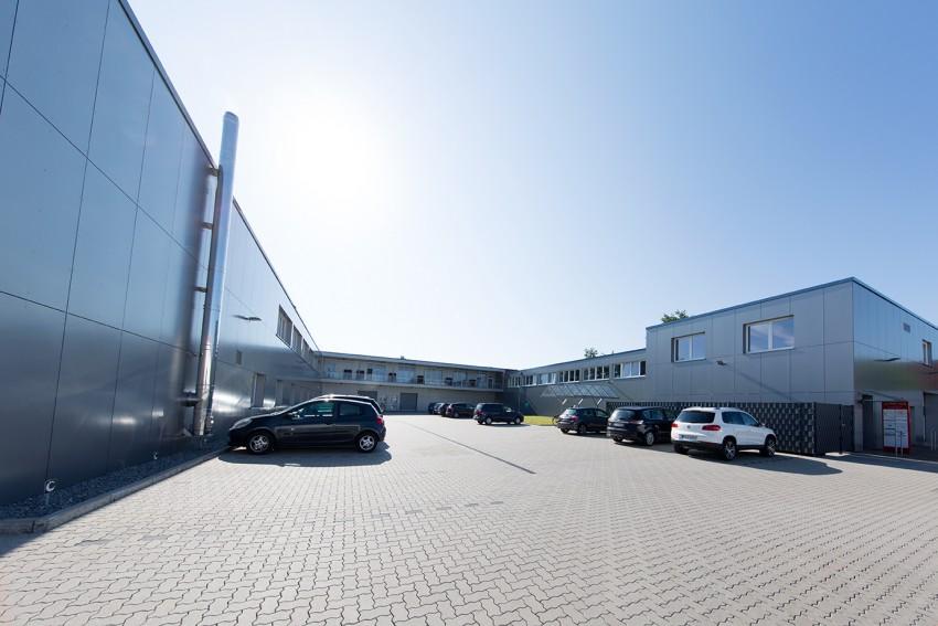 Lieferanten- und Innenhof mit Parkplätzen